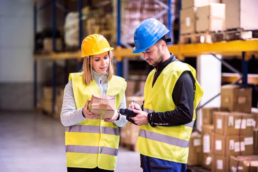 Jóvenes trabajadores del almacén trabajando juntos